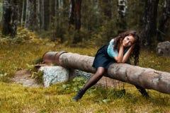 Kantjusterad sikt av den härliga unga kvinnan som går i skog fotografering för bildbyråer
