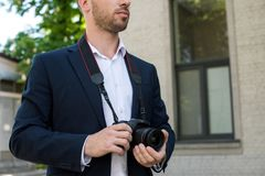 kantjusterad sikt av photojournalisten i formella kläder med digitalt royaltyfria foton