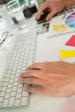 Kantjusterade händer av affärsmannen som i regeringsställning använder datoren på skrivbordet Arkivbilder