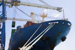 Kantjusterade kranar vid lastbehållare i skepp royaltyfri bild