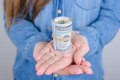 Kantjusterat closeupfoto av henne hennes damfreelancer med l?ng rosa manikyr som annonserar mycket pengar som binds med det lilla arkivfoto