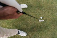 kantjusterat skott av golfklubben och att få för idrottsman den hållande klart arkivfoton