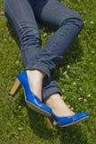 Kantjusterat skott av kvinnas ben i jeans Royaltyfri Foto