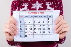 Kantjusterat tätt upp fotoet av kalendern i händer för kvinna` s med tydligt arkivbild