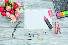 Kantoorbehoeften, bloemen en blocnote Royalty-vrije Stock Foto