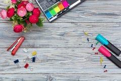 Kantoorbehoeften, bloemen en laptop Royalty-vrije Stock Foto