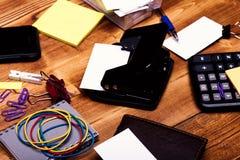 Kantoorbehoeften en calculator Adreskaartjes, bindmiddelen, elastieken, klemmen en notitieboekje stock afbeelding