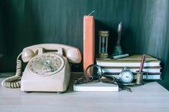 Kantoorbehoeften en telefoon op de lijst royalty-vrije stock afbeelding