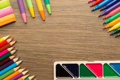 Kantoorbehoeften kleurrijke het schrijven hulpmiddelentoebehoren, met exemplaarruimte stock foto