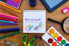 Kantoorbehoeftenvoorwerpen Bureau en schoollevering op de lijst Titel: terug naar school Royalty-vrije Stock Fotografie