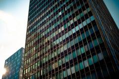 Kantoorcomplex van high-rise gebouwen Zonsondergang Royalty-vrije Stock Afbeelding