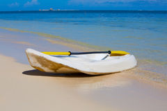 Kanu auf dem Ozeanstrand Stockfoto
