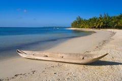 Kanu auf dem Strand Stockfotos
