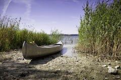 Kanu auf dem Ufer Lizenzfreies Stockfoto