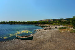 Kanu auf dem Ufer Lizenzfreie Stockbilder