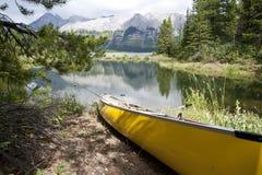 Kanu auf der Querneigung des Sees Lizenzfreie Stockfotografie