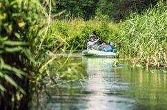 Kanu auf einem Fluss stockbilder