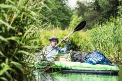 Kanu auf einem Fluss lizenzfreie stockfotografie