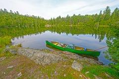 Kanu auf einem Wildnis-Ufer Stockfoto