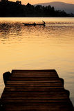 Kanu auf See am Sonnenuntergang Stockfotos