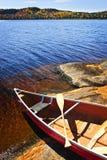 Kanu auf Ufer Stockfoto