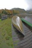 Kanu durch See Lizenzfreie Stockfotos