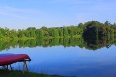 Kanu durch See Stockfotos