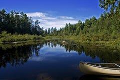 Kanu in einem See weit Stockbild