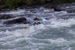 Kanu gestaute Fluss-Stromschnellen Stockfoto