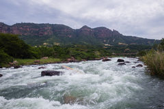 Kanu gestaute Fluss-Stromschnellen Lizenzfreie Stockbilder