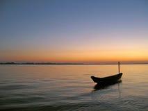Kanu im Sonnenuntergang stockbild