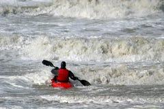 Kanu im wilden Wasser Lizenzfreie Stockfotos