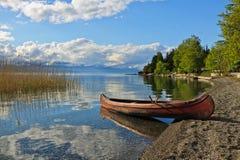 Kanu på sjön av Ohrid, Makedonien arkivfoton