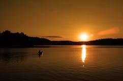 Kanu am Sonnenuntergang Lizenzfreies Stockfoto