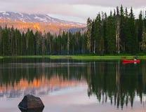 Kanu am Sonnenuntergang lizenzfreie stockbilder