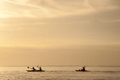 Kanu-surfender Sonnenuntergang Lizenzfreies Stockfoto