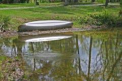 Kanu u. Teich (horizontal) Stockbild