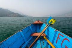 Kanu und Paddel auf Fewa See Lizenzfreie Stockbilder