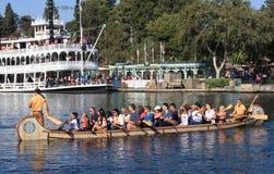 Kanu und Riverboat in Disneyland lizenzfreies stockbild