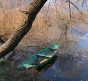 Kanu unter dem Baum Stockfoto