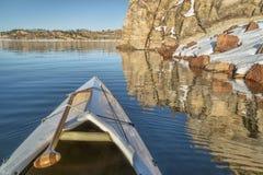 Kanubogen mit einem Paddel Stockbild