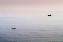 Kanufahrer und Motorboot Lizenzfreie Stockfotografie