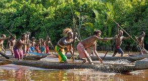 Kanukriegszeremonie von Asmat Stockfotos