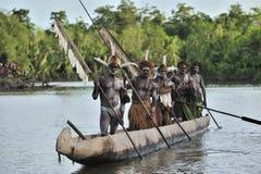 Kanukriegzeremonie der Asmat Leute Kopfjäger eines Stammes von Asmat Februar: Die Krieger eines Papuanstammes von Yafi in der tra Stockbilder