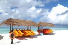 Kanuregal auf dem Strand Stockbild