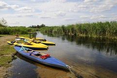 Kanus auf dem Riverbank Stockfotos