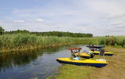Kanus auf dem Riverbank Stockbilder