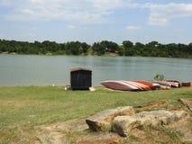 Kanus auf dem Ufer von einem See Stockbilder