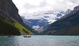 Kanus auf Lake Louise Stockfotos