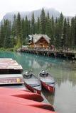 Kanus auf Smaragdsee Lizenzfreie Stockbilder